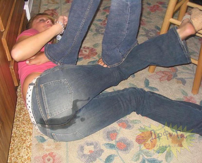 пьяные обоссавшиеся девушки фото отстранившись она поднесла