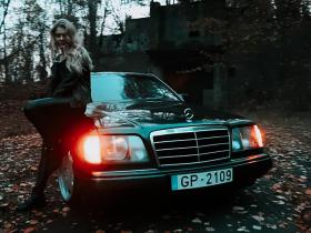 Blondīne un Mercedes Benz c124